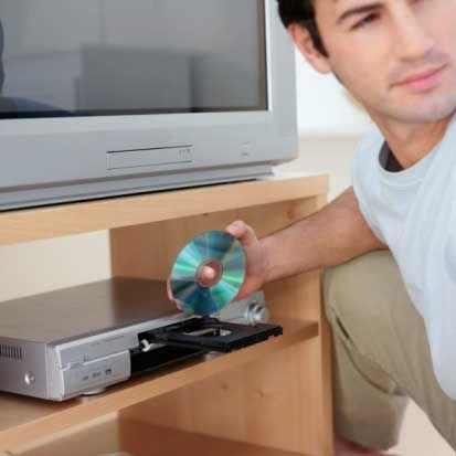 Televizyon ve DVD Televizyon seyrederken, ona belli etmeden ne tip DVD'leri olduğuna bakın. Spor, belgesel, diziler veya erotik filmler var mı koleksiyonunda?  Müzik setinin durduğu dolap veya çekmeceler. Ortalıkta görünmesini istemediği masum eşyalarını bulmaya hazırlıklı olun. Çizgi romanlar ve ya bilgisayar oyunları gibi…